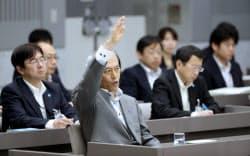 都議会総務委員会の集中審議で答弁のため挙手をする舛添都知事(13日午後、東京都新宿区)