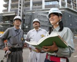 建設現場で約50人を指揮する大成建設の女性社員(東京都品川区)