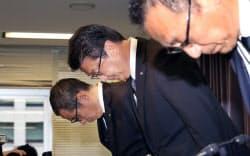 不正アクセスにより個人情報が流出した可能性で、記者会見し謝罪するJTBの高橋広行社長(中)=14日午後、国交省