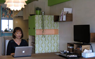 川崎市に住む山岸加奈さん。内装は緑色を基調とした部屋に切り替えた。