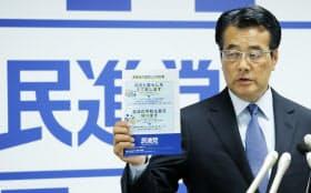 参院選公約を発表する民進党の岡田代表(15日午後、民進党本部)