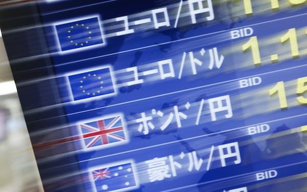 取引される英ポンドやユーロ(東京都港区)