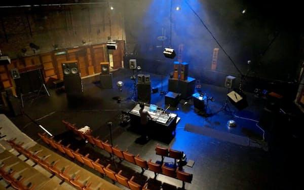 アクースモニウムは様々なスピーカーをオーケストラのように配置する(2014年、ブリュッセルでの檜垣の公演のリハーサル)