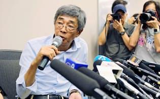 16日、香港で記者会見する「銅鑼湾書店」の林栄基店長=共同