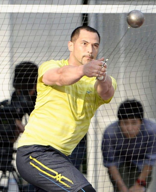 練習を公開した陸上男子ハンマー投げの室伏広治(17日、味の素ナショナルトレーニングセンター)=共同