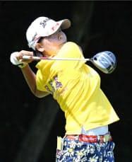 ニチレイ女子ゴルフ第2日、14番でティーショットを放つ勝みなみ。通算10アンダーで首位に立った(18日、袖ケ浦CC新袖)=共同