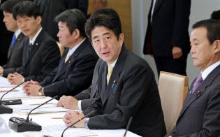 日本経済再生本部はアベノミクスの司令塔役を担う(初会合であいさつする安倍晋三首相、2013年1月、首相官邸)