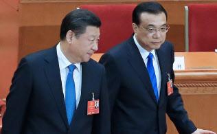 習近平国家主席(左)と、経済の司令塔であるはずの李克強首相の関係は……(3月、北京で、小高顕記者撮影)
