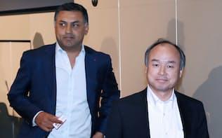 決算発表を終えて、会場を後にするソフトバンクグループの孫正義社長(右)とニケシュ・アローラ副社長(5月10日、東京都中央区)