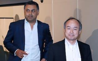 決算発表を終えて、会場を後にするソフトバンクグループの孫社長(右)とアローラ副社長(5月10日、東京都中央区)