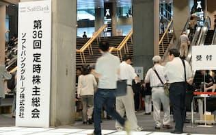 ソフトバンクグループの株主総会に向かう株主ら(22日午前、東京都千代田区)