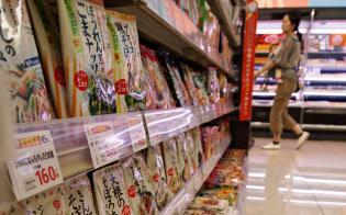 食材とあえて火を通すだけの簡単調味料は売り場で確実に存在感を増している(東京都中野区のサミットストア東中野店)