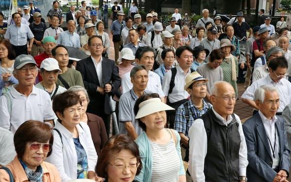 街頭演説を聞く有権者ら(22日、名古屋市中区)