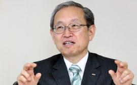 社長に就任し、記者の質問に答える東芝の綱川智氏(23日、東京都港区)