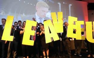 離脱が確実になり、支持者は「LEAVE(離脱)」のパネルを手に喜んだ(24日未明、ロンドン)=写真 小林健