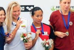 女子100メートル平泳ぎで3位となった渡部香生子=右から2人目(24日、ローマ)=共同