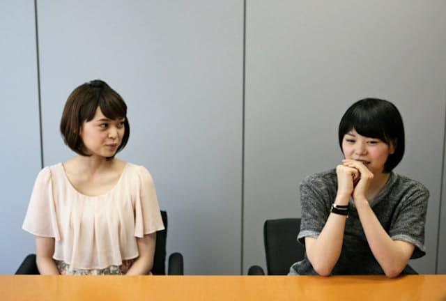 インタビューに答える、NegiccoのMegu(めぐ・右側)とKaede(かえで)