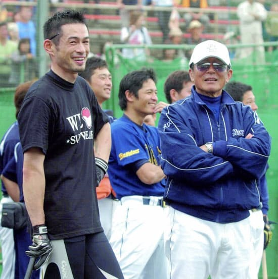 古巣オリックスの仰木監督(右)と談笑するイチロー