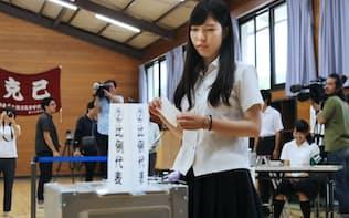 投票する18歳の有権者