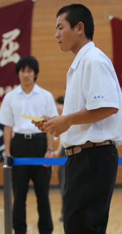 緊張した面持ちで投票に向かう山田峻嵩さん(18)