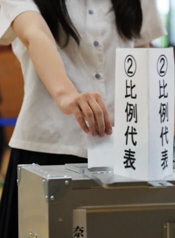 1票を投じる女子生徒