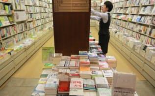 本棚の前には定番や新刊本が平積みされている(東京都中央区の丸善書店日本橋店)