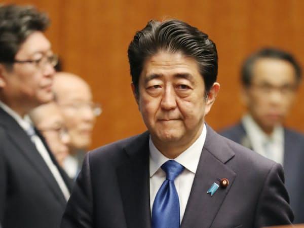 記者会見に臨む安倍首相(6月、首相官邸)