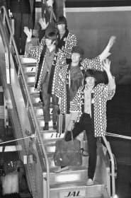 法被姿でタラップを下りるビートルズ(1966年6月29日、羽田空港)=共同