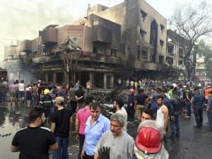3日、自動車によるとみられる爆弾テロの現場に集まる市民ら(バクダッド)=AP