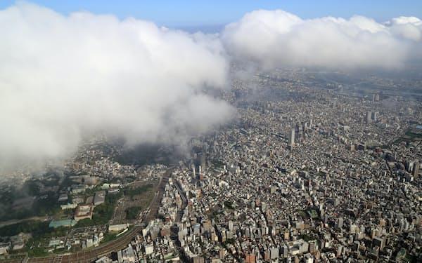 雲に覆われた都心の街並み