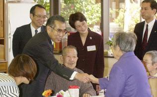 介護保険がスタートした2000年4月1日、都内の高齢者支援施設を視察する小渕恵三首相(当時)。小渕氏は翌日未明に倒れ、帰らぬ人となった。