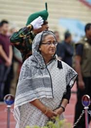 4日、犠牲者に哀悼の意を表すバングラデシュのハシナ首相=AP