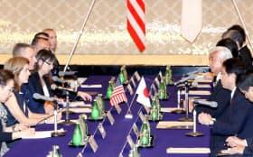 ケネディ駐日米国大使(左から2人目)、ドーラン在日米軍司令官(同3人目)と会談する、岸田外相(右から2人目)、中谷防衛相(同3人目)=5日午前、東京都港区
