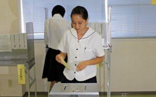 期日前投票をする生徒たち(7月4日、県立田村高校)