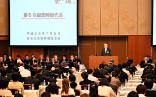 日本生命が大阪市で開いた総代会。筒井社長は「現下の(金利)環境は経営の根幹に大きな影響がある」と語った