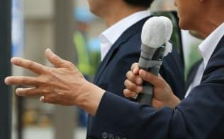 街頭演説する候補者(6日、東京都足立区)