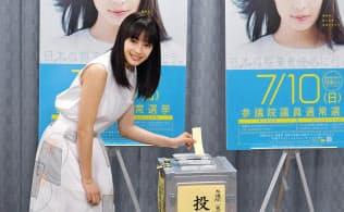 参院選の期日前投票をPRする女優の広瀬すずさん(4日、東京・世田谷区役所)=共同