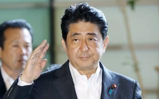 首相官邸に入る安倍首相(11日午前)
