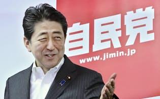 記者会見に臨む安倍首相(11日午後、自民党本部)