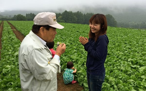レタス畑で村に住む女性と話す藤原村長(左=長野県川上村)