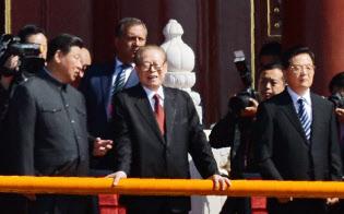 側近が断罪された胡錦濤前国家主席(右)と、江沢民元国家主席(中)に話かける習近平国家主席(左)(2015年9月3日、北京で)=写真 柏原敬樹