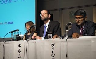 米トヨタ・リサーチ・インスティテュート(TRI)最高経営責任者(CEO)のギル・プラット氏(中央)、ペンシルベニア大学工学・応用科学学部長のヴィージェイ・クーマー氏(右)