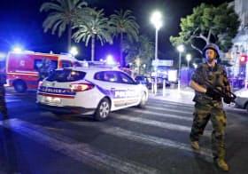 群衆にトラックが突っ込み、多数の死傷者が出たフランス南部ニース(14日夜)