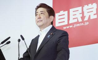 参院選を受けて記者会見する安倍首相(11日、自民党本部)