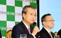 三井生命の子会社化を発表する日本生命の筒井義信社長(左、昨年9月)。成果を積み上げれば統合効果に説得力が増してくる