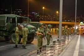 ボスポラス海峡を結ぶ橋を封鎖したトルコ軍部隊(15日)=ロイター