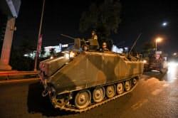 15日、トルコ・イスタンブール市内を走行する軍車両=ゲッティ・共同
