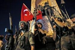 16日、トルコ・イスタンブールのタクシム広場で警戒する軍兵士ら=AP