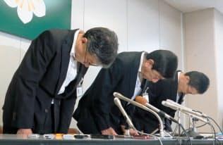 記者会見で謝罪する佐賀県教委の古谷宏教育長(中央)ら=6月27日午後、佐賀県庁