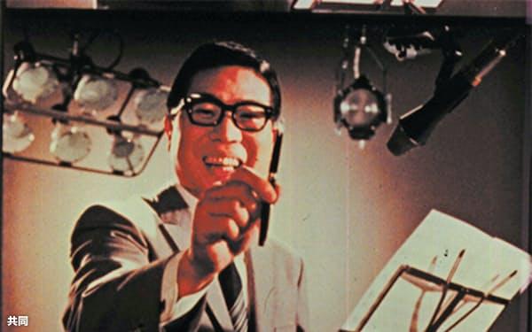 大橋巨泉さんが出演したパイロットの万年筆「エリートS」のCMの一場面=共同